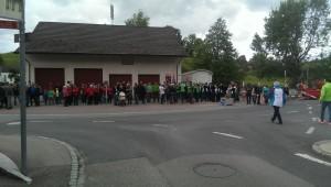 Die Vereinsdelegationen und die Einwohner von Hauptwil-Gottshaus erwarten uns beim Feuerwehrdepot